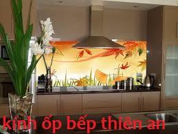 giúp căn bếp sạch đẹp hơn nhờ kính màu ốp bếp