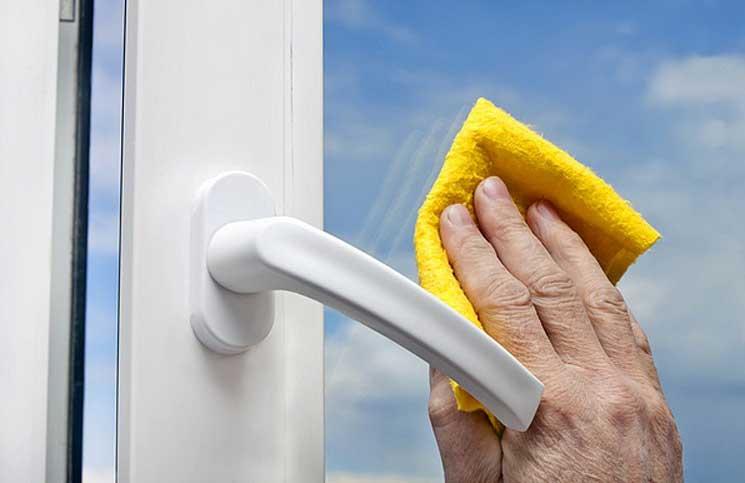 những cách vệ sinh cửa kính nhanh & hiệu quả nhất